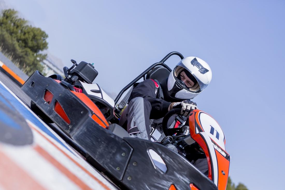 Pilote de karting avec une combinaison de qualité